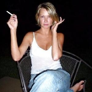 Sexy Blondine raucht