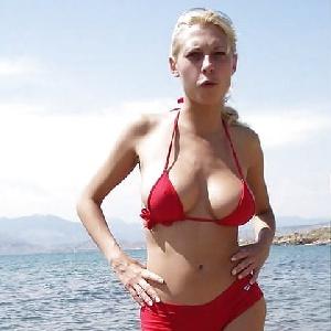 pralle Brüste im roten Bikini